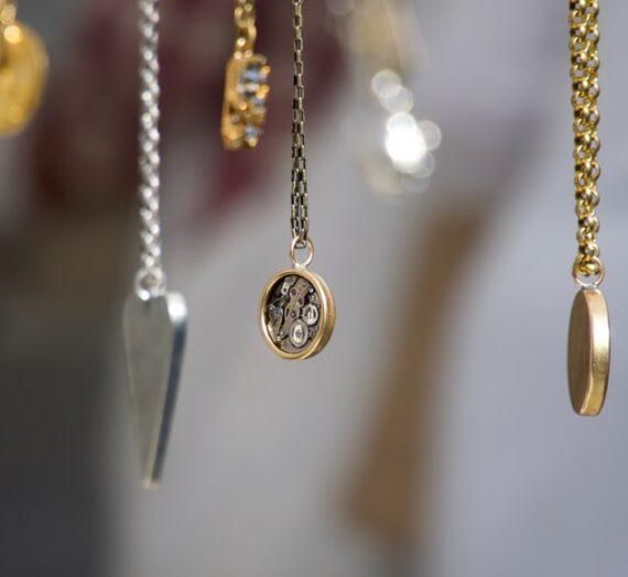 Jak nosić srebrne łańcuszki?